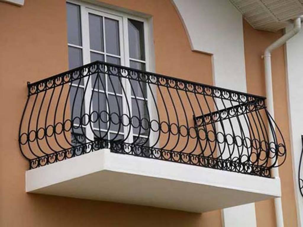 Кованые ограждения для балкона в классической форме..